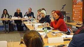 die Abgeordnete sitzt am Tisch